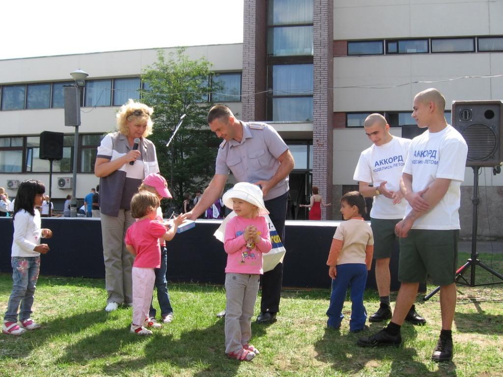 Начальник Колпинской ВК В.И.Ивлев вручает подарки детям